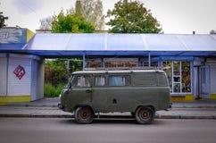 在街道上的葡萄酒汽车在维堡,俄罗斯 免版税库存图片
