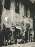 在街道上的葡萄酒餐馆在老城市 免版税库存照片