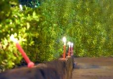 在街道上的蜡烛在屠妖节OCCASIONN  库存照片