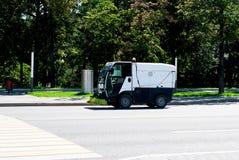 在街道上的街道清扫车 免版税图库摄影