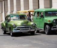 在街道上的被恢复的车在哈瓦那古巴 库存图片