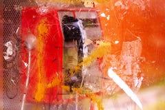 在街道上的被拆毁的和被破坏的公用电话摊 库存图片