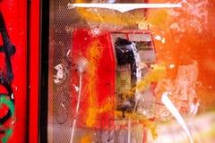 在街道上的被拆毁的和被破坏的公用电话摊 图库摄影