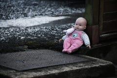在街道上的被放弃的娃娃 艺术美丽的照相机注视看起来充分的魅力绿色关键字的嘴唇低做照片妇女的纵向紫色的方式 免版税库存照片