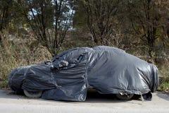 在街道上的被放弃的生锈的汽车 免版税库存图片
