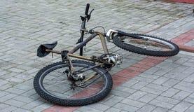 在街道上的被放弃的自行车日间 免版税库存图片