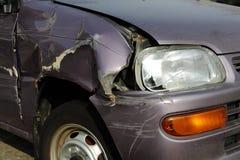 在街道上的被碰撞的汽车 免版税库存照片