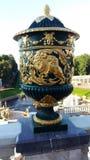 在街道上的装饰美丽的花瓶 免版税库存照片