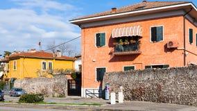 在街道上的议院通过蓬蒂达在维罗纳市 库存图片