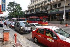 在街道上的许多车辆停放在吉隆坡,马来西亚 免版税库存照片