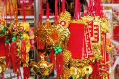 在街道上的越南新年装饰红色和金子颜色 库存照片