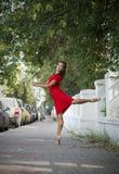 在街道上的跳舞芭蕾舞女演员 免版税库存照片