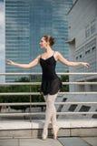 在街道上的跳芭蕾舞者跳舞 免版税库存图片