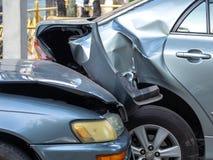 在街道上的车祸事故有击毁和损坏的汽车的 疏忽和缺乏造成的事故能力驾驶 交付t 免版税图库摄影