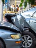 在街道上的车祸事故有击毁和损坏的汽车的 疏忽和缺乏造成的事故能力驾驶 交付t 免版税库存图片