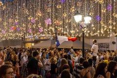 在街道上的采访 不同的国家的足球迷庆祝法国队的胜利 免版税库存图片