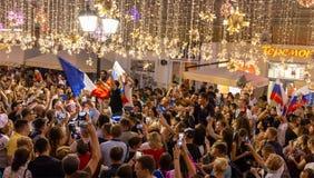 在街道上的采访 不同的国家的足球迷庆祝法国队的胜利 库存图片