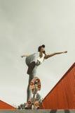 在街道上的青少年的女孩溜冰者骑马滑板 库存照片