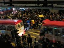 在街道上的香港抗议者当公共汽车驱动 免版税库存照片