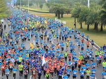 在街道上的马拉松运动员在深圳国际性组织马拉松 免版税库存照片