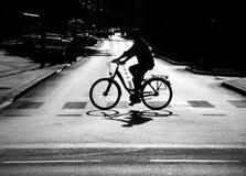 在街道上的骑自行车者在城市 免版税库存照片