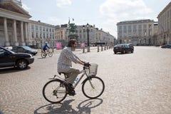 在街道上的骑自行车者在布鲁塞尔 免版税库存照片