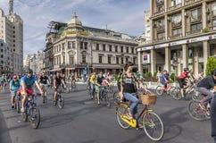 在街道上的骑自行车者 免版税库存图片