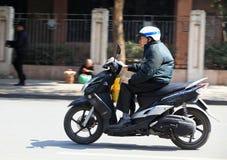 在街道上的骑马摩托车 免版税库存照片