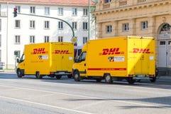 在街道上的黄色敦豪航空货运公司送货车 库存照片