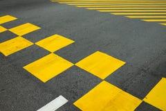 在街道上的黄色方形的标志在新加坡 库存图片
