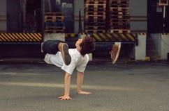 在街道上的年轻人跳舞breakdance 免版税库存图片