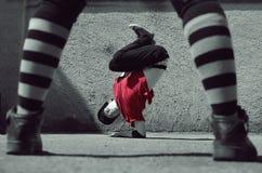 在街道上的年轻人跳舞breakdance 免版税库存照片
