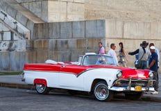 在街道上的经典汽车在古巴哈瓦那市 库存照片