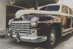 在街道上的经典汽车 库存照片