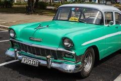 在街道上的经典美国停车场在哈瓦那,古巴 免版税库存图片