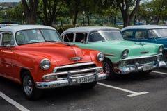 在街道上的经典美国停车场在哈瓦那,古巴 图库摄影