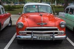 在街道上的经典美国停车场在哈瓦那,古巴 库存照片