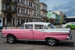 在街道上的经典美国停车场在哈瓦那,古巴 免版税库存照片