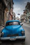 在街道上的经典美国停车场在哈瓦那,古巴 库存图片