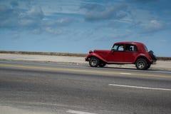 在街道上的经典美国汽车驱动在哈瓦那,古巴 免版税库存图片