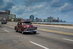 在街道上的经典美国汽车驱动在哈瓦那,古巴 库存照片