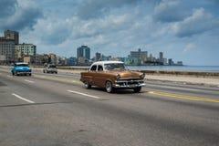 在街道上的经典美国汽车驱动在哈瓦那,古巴 库存图片