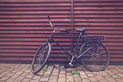 在街道上的经典葡萄酒黑色行家自行车 库存照片