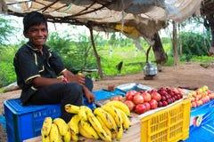在街道上的年轻微笑的果子供营商 库存照片