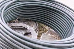 在街道上的水管在都市整修时 免版税库存图片