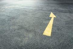 在街道上的黄色箭头 免版税库存图片