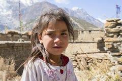 在街道上的画象尼泊尔孩子在喜马拉雅村庄,尼泊尔 免版税图库摄影