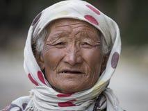 在街道上的画象老妇人在Leh,拉达克 印度 免版税图库摄影