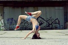 在街道上的Breakdance女孩 库存图片
