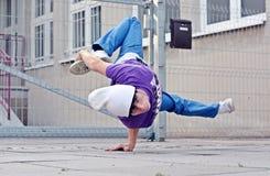 在街道上的Breakdancer 免版税库存图片